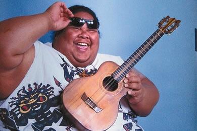 famosos tocando ukelele